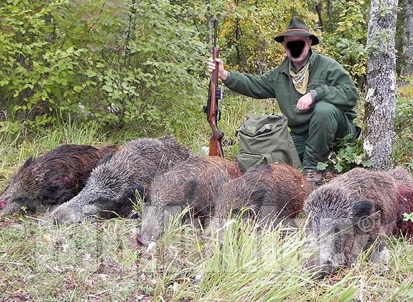 un cacciatore che si fa la foto vicino alle sue prede
